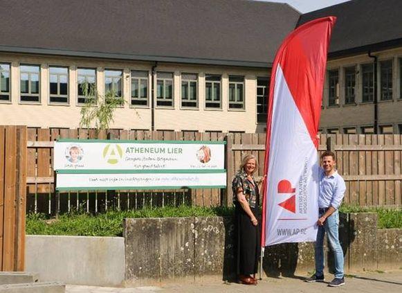 De AP hogeschool gaat in Lier opnieuw een lerarenopleiding aanbieden. Op de foto ziet u Ingrid Van der Veken van AP en Christophe Van Wambeke van het Lierse Atheneum. Het Atheneum stelt lokalen ter beschikking.