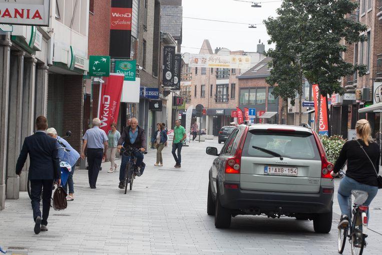 Hete hangijzersVerkiezingspagina's Foto: de kerkstraat in Lommel waar veel veranderingen gedaan zijn ivm mobiliteit Wat met de bereikbaarheid?Wat met de bereikbaarheid en het belang van de noord-zuidverbinding? Zelfde verhaal als in Pelt... Als Lommel echt wil standhouden als de winkelstad van de streek, is die verbinding een must.