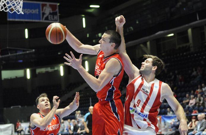 Roel Aarts afgelopen seizoen voor New Heroes in actie in de FIBA Europe Cup tegen het Tsjechische BK JIP Pardubice.