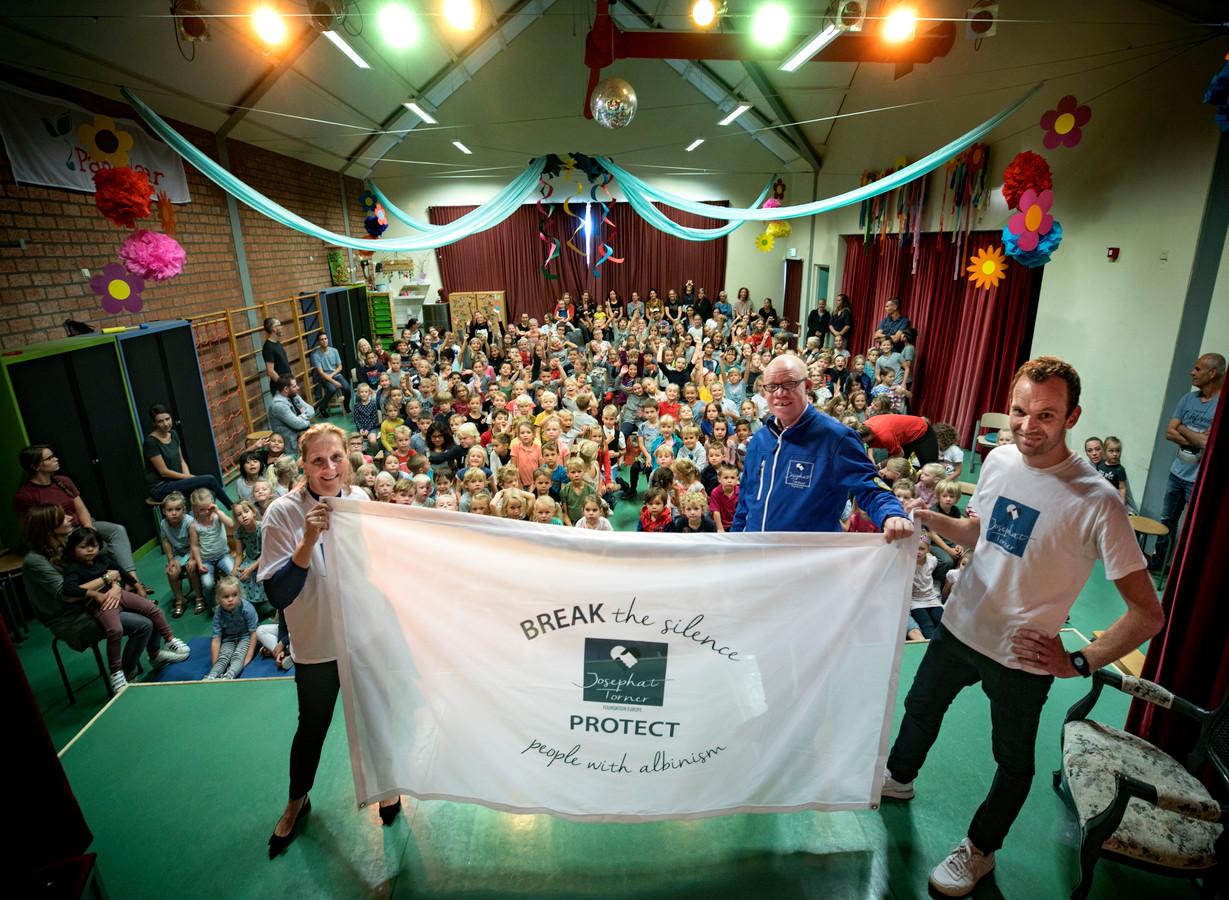 Irene Bots Coopmans, Josephat Torner en  Pieter Staadegaard (vlnr) met de vlag die mee de Kilimanjaro op gaat.