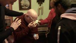 Terrence (78) geeft toe dat hij al 20 jaar eenzaam is, BBC bezorgt hem de verrassing van zijn leven