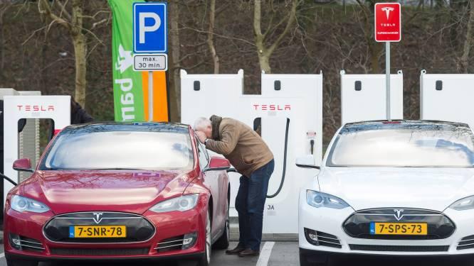 """Nederlandse Tesla-eigenaars dreigen autofabrikant voor de rechter te slepen: """"Veel problemen met de auto's"""""""