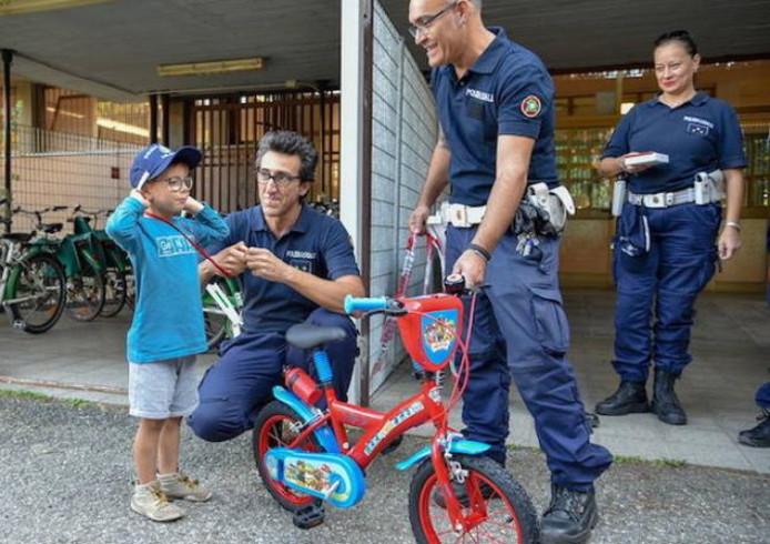 Agenten verrassen het beteuterde ventje met een gloednieuwe fiets.