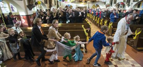 Metworst en polonaise in kerk van Langeveen