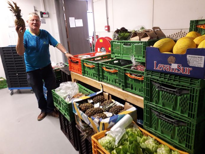 Een vrijwilliger van de Voedselbank Harderwijk-Ermelo-Putten verdeelt de groenten.