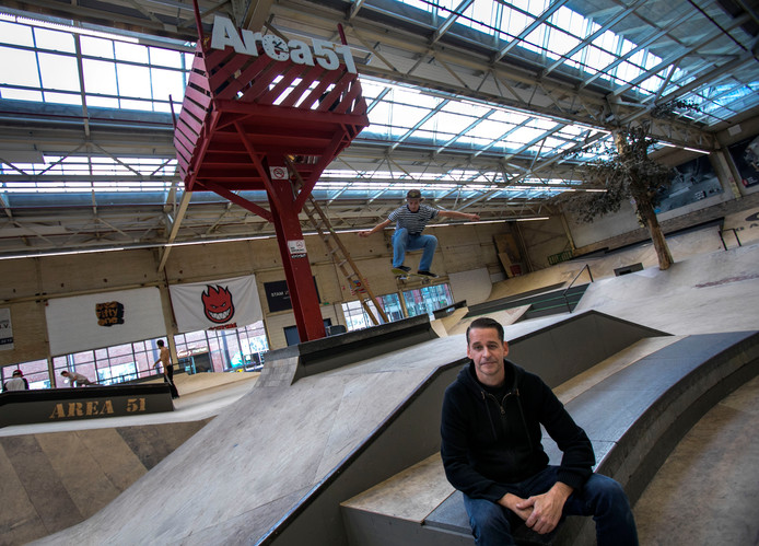Skatepark Area 51 werd de voorbije zomer opgeknapt. Zittend: parkmanager André van Dijk.