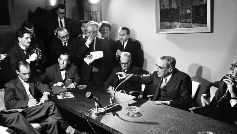 Nieuwspoort, 12 maart 1962. Persconferentie van premier Jan de Quay over Nieuw-Guinea. Beeld FOTO HARRY POT, SPAARNESTAD PHOTO