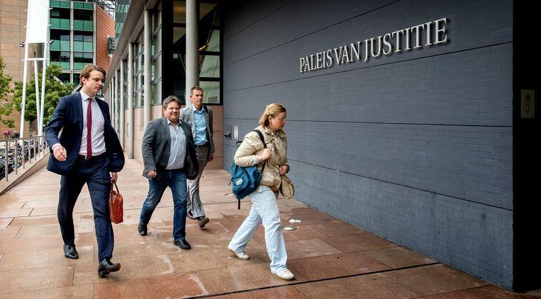 Eric Hubers (tweede van links), voorzitter Pluimveehouderij bij LTO Nederland, komt aan bij de rechtbank. Beeld ANP