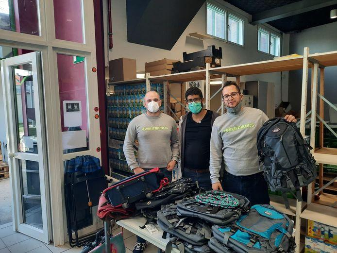 Frederic Delepee, Mounir Zebbadi en Jean-François Vanovermeire met de boekentassen voor Kaboes.