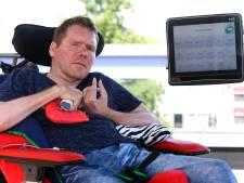 Charlie (43) kan na twee herseninfarcten alleen nog zijn linkervoet bewegen: 'Computer van levensbelang'