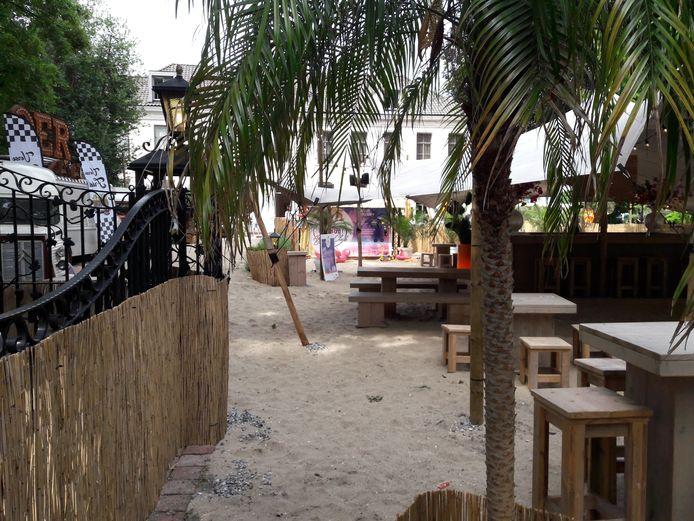 Hotel De Leijhof heeft in juli en augustus een pop-up strand.