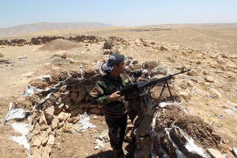 Een peshmerga-strijder op de frontlinie in Bashiqa. Beeld afp
