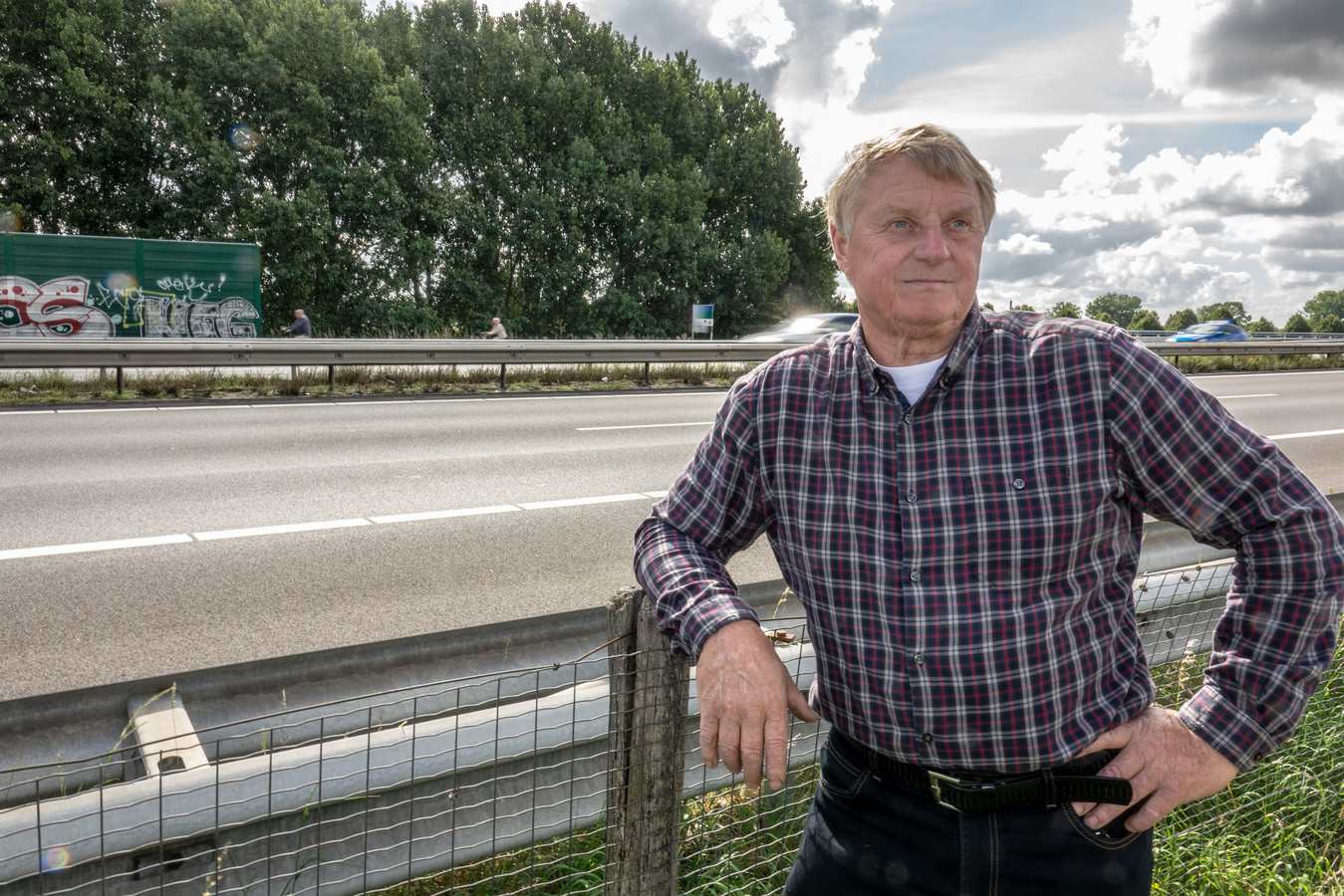 Theo Noy bij het geluidsscherm langs de A73. Nog een dikke twintig meter dan zou het af zijn.