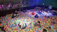 Fuiven in bad met 120.000 balletjes: 300 jongeren laten zich helemaal gaan