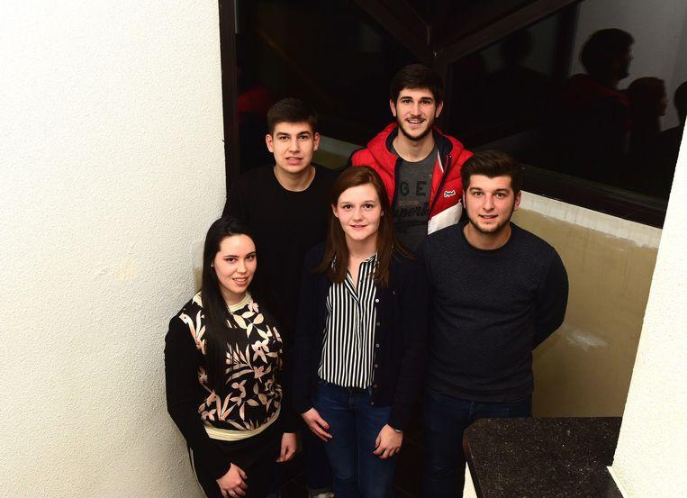 Meganne(vooraan links)is samen met Raïsa, Aron, Anthony en Thibault op zoek naar jonge mensen