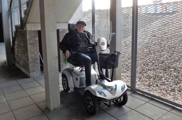 Leopold stalt zijn scooter nu in de gang van de sociale flats in de Elzenstraat, maar daar mag het strikt genomen niet.