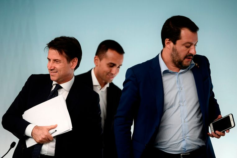 De regering van Giuseppe Conte (L), Luigi Di Maio (M) en Matteo Salvini (R) wankelt al weken.