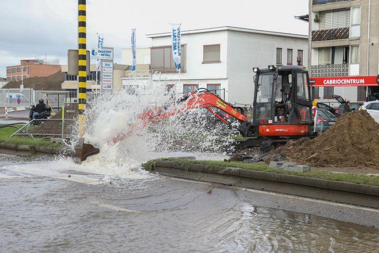 Het water spoot in het rond toen een graafmachine een leiding raakte. De straat werd urenlang afgesloten.
