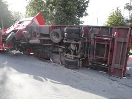 Gesleepte vrachtwagen met koelkasten kantelt in Rijswijk