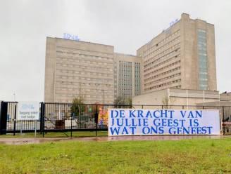 """KAA Gent-supporters maken nieuw spandoek voor UZ Gent: """"De kracht van jullie geest is wat ons geneest"""""""