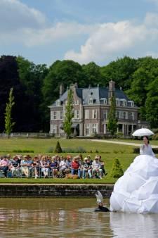 Theaterfietstocht in de zon door buitengebied Enschede