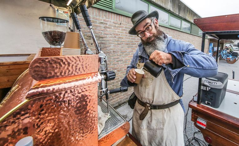 Stephen Quintens van Slowwings verkoopt sinds kort koffie, thee en chocomelk aan het station in Ieper.