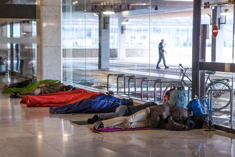7de944a983d Pendelaars zijn het beeld intussen gewend: vele tientallen vluchtelingen  die in het Noordstation liggen te slapen. Beeld Jan De Meuleneir - Photo  News