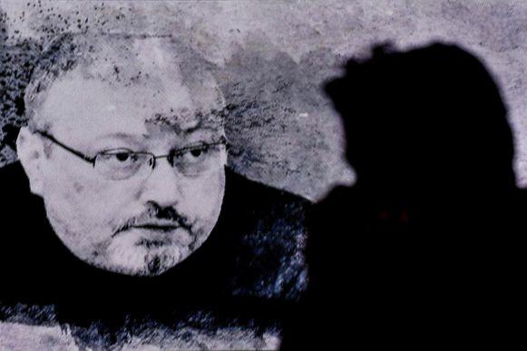 Een foto van Jamal Khashoggi wordt getoond op een herdenkingsplechtigheid.