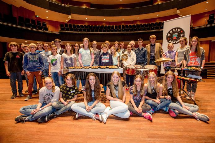 Willem Jeths met de leerlingen van 1 vwo van het Cambium College uit Zaltbommel