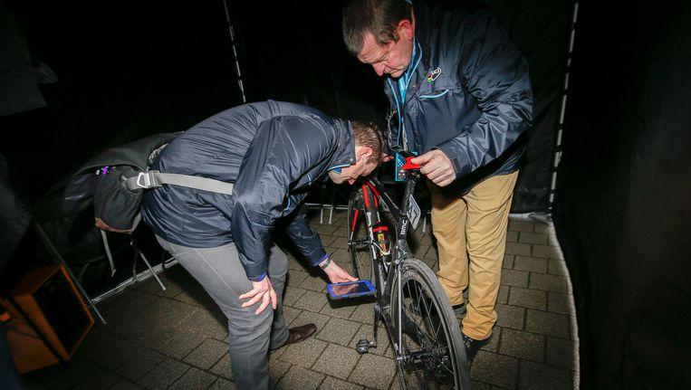 Hier nemen controleurs van de UCI de fiets van Greg Van Avermaet onder de loep na zijn overwinning in de Omloop