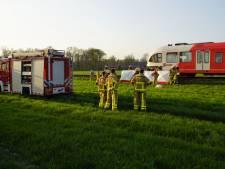Auto botst op rijdende trein bij onbewaakte spoorwegovergang: één dode