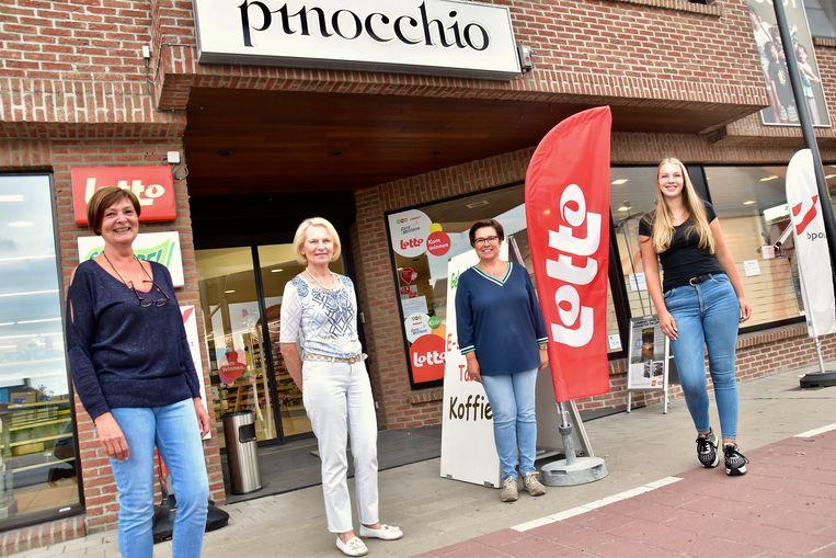 Ludwine Duyck (tweede van links), met medewerksters Dorine Vanwalleghem, Sandy Quintyn en Emilia Denoo.