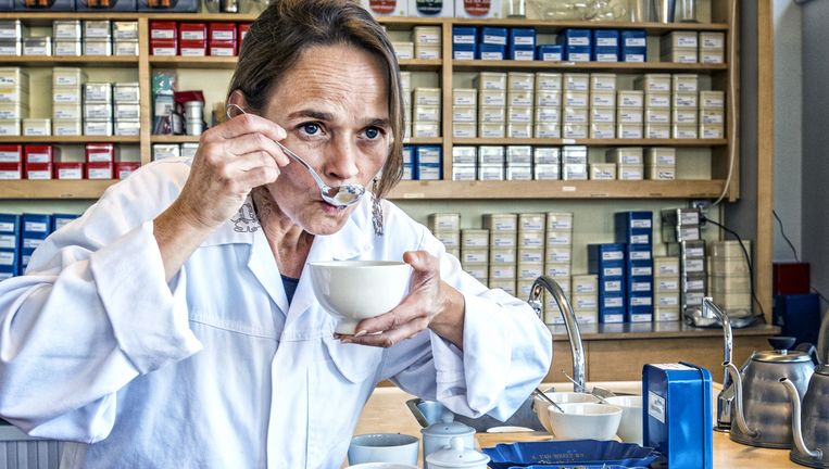 Theekeuring. Simon Lévelt verkoopt 180 soorten thee en 24 soorten koffie. Beeld Raymond Rutting / de Volkskrant