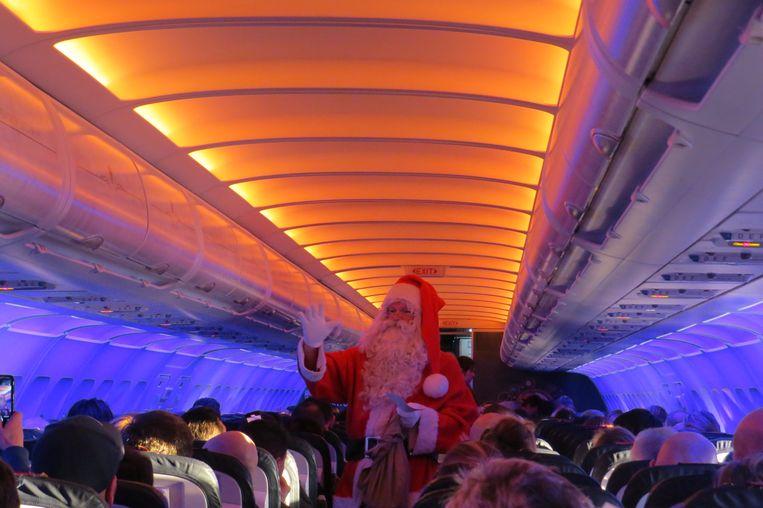 Koen Hallaert speelt ook al kerstman op het vliegtuig.