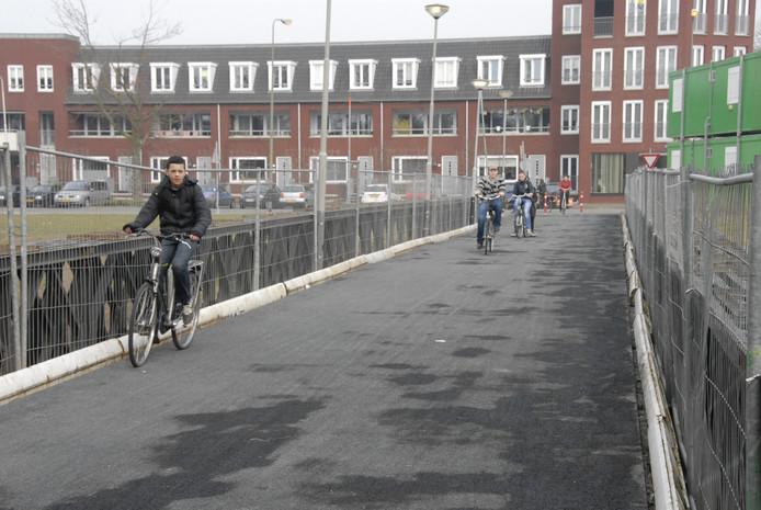 De noodfietsbrug naast de Bartenbrug in aanbouw zal er nog een tijdje blijven liggen.