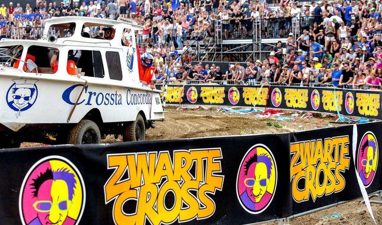 Uitgedoste voertuigen op de eerste dag van de Zwarte Cross. Beeld anp