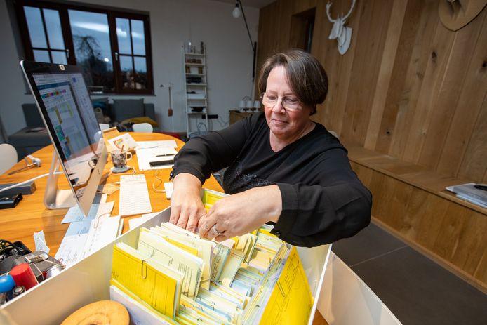 Peggy Mertens van Autorijsschool Goossens heeft haar handen vol met de herplanning van de rijlessen.