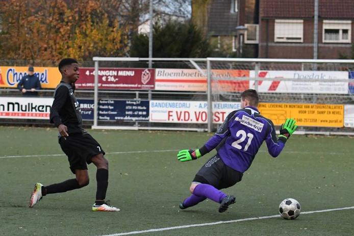 RKVVO-aanvaller Jordan Bujitu klopt keeper Twan van den Luijtgaarden van Mierlo-Hout.