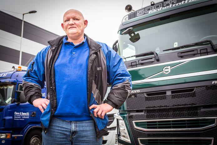 Anton van der Perk bij zijn vrachtwagen in de Waalhaven in Rotterdam.