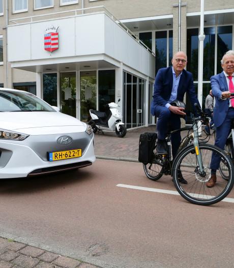Electrische fiets en auto staan klaar voor Houtense ambtenaren