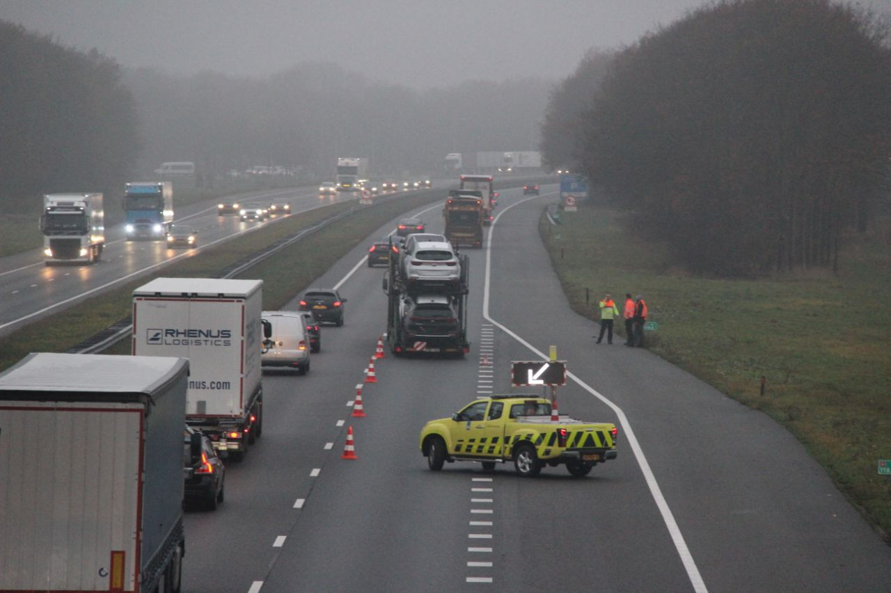 Een kapotte vrachtwagen zorgt voor problemen op de A1.