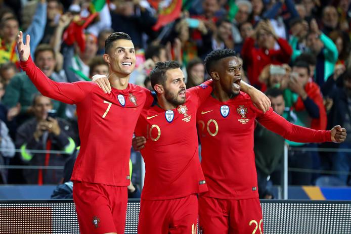 Christiano Ronaldo, Bernardo Silva en Nelson Semedo vieren een feestje na het bereiken van de Nations League.