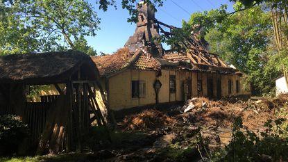 Brand vernielt hoeve met rieten dak
