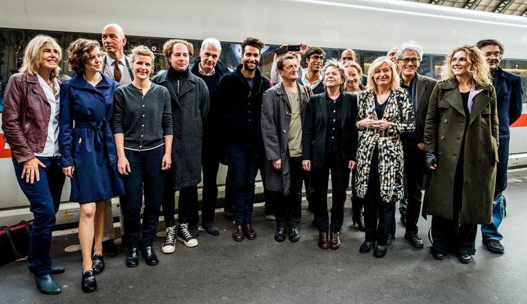 Schrijvers poseren samen met minister Jet Bussemaker van Onderwijs, Cultuur en Wetenschap voorafgaand aan het vertrek van een speciale schrijverstrein naar de Frankfurter Buchmesse Beeld anp