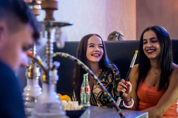 Bij shishazaak Elfida Lounge is het op vrijdagavond gezellig druk.
