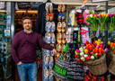 Ook deze souvenirwinkel in Rotterdam merkt de gevolgen van de crisis door het wegblijven van buitenlandse toeristen.