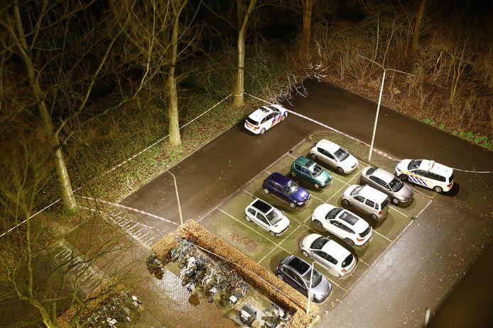De politie heeft ook de parkeerplaats bij de Louis Armstrong-flat in Holtenbroek afgezet voor onderzoek.