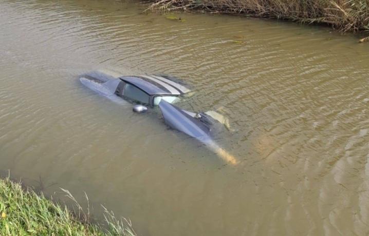 Een Dodge belandde in het water in Waalwijk.