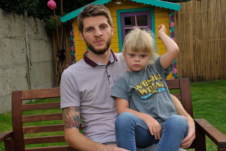 Mike met zijn dochtertje Siska die het syndroom van Down heeft. Een deel van zijn prijzenpot schenkt hij aan de vzw die Siska opvangt.