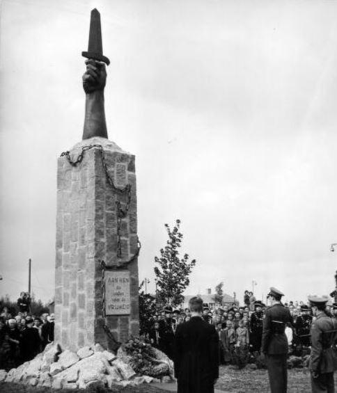 K.J. Huineman: Oorlogsmonument aan de Westsluis Terneuzen, 1950.